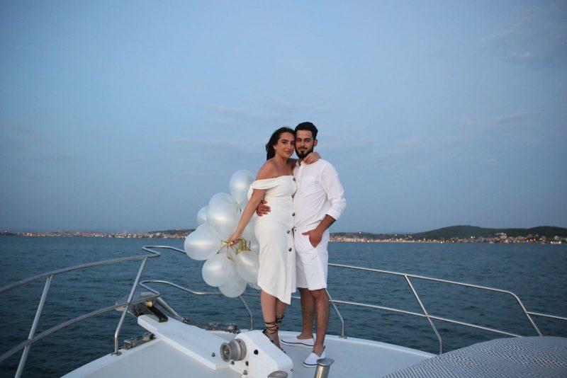 Ayvalık Teknede Havai Fişek Eşliğinde Evlilik Teklifi Organizasyonu