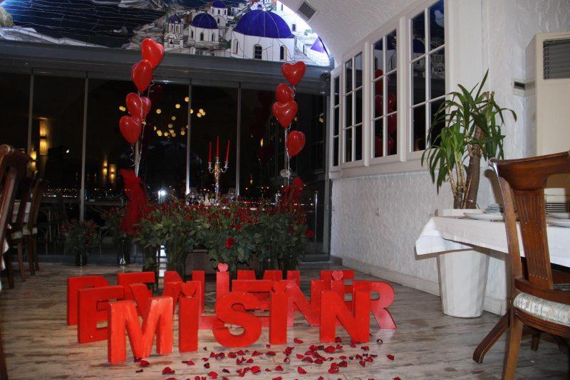 Restoranda Evlilik Teklifi Organizasyonu Çiçek Süsleme