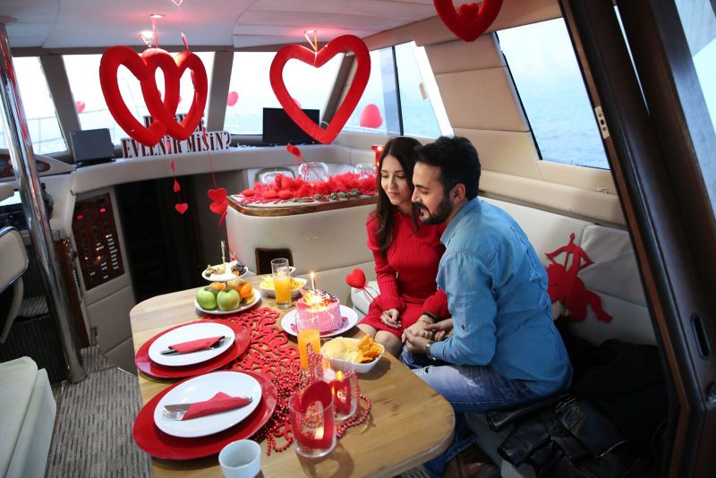 Mutluluk Teknesinde Evlilik Teklifi Organizasyonu İzmir Organizasyon